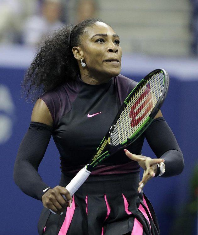 Američanka Serena Williamsová při utkání s krajankou Vaniou Kingovou ve druhém kole US Open.