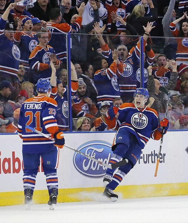 Útočník Edmontonu Leon Draisaitl (vpravo) slaví se spoluhráčem Andrew Ferencem vítězný gól proti Montrealu.