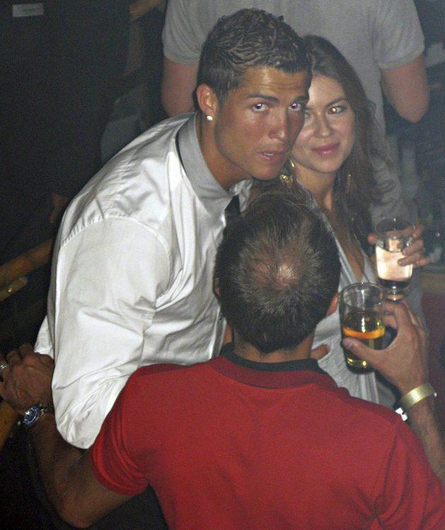 Cristiano Ronaldo na snímku z června roku 2009 v nočním klubu v Las Vegas s Kathryn Mayorgaovou, která později obvinila slavného fotbalistu ze znásilnění.