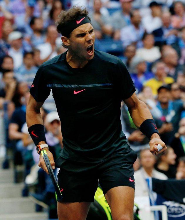 Rafael Nadal sám sebe několikrát po vítězném míči burcoval.