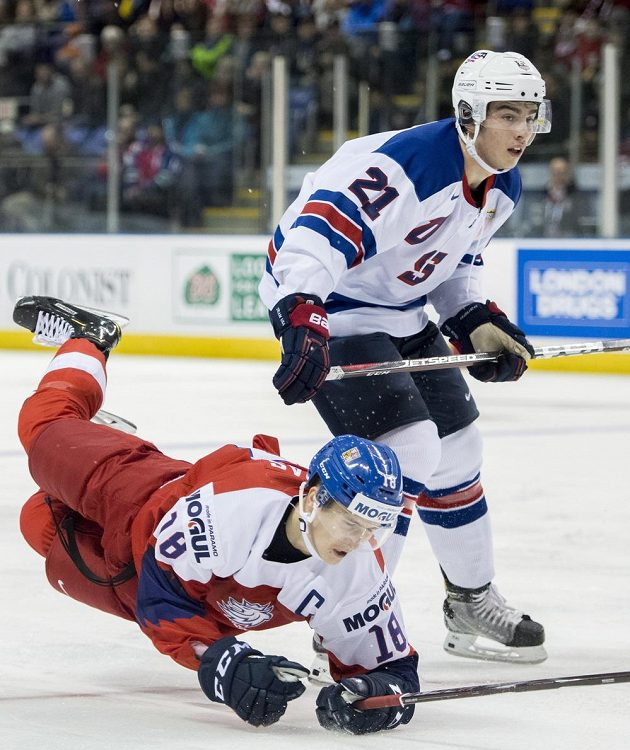 Američan Noah Cates (21) v souboji s českým reprezentantem Martinem Nečasem.