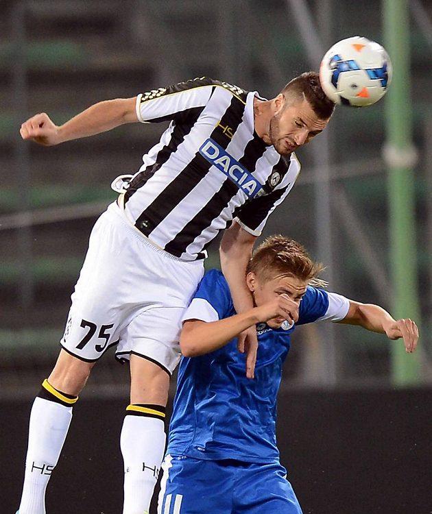 Thomas Heurtaux z Udine v hlavičkovém souboji o míč s libereckým Martinem Frýdkem (v modrém dresu).