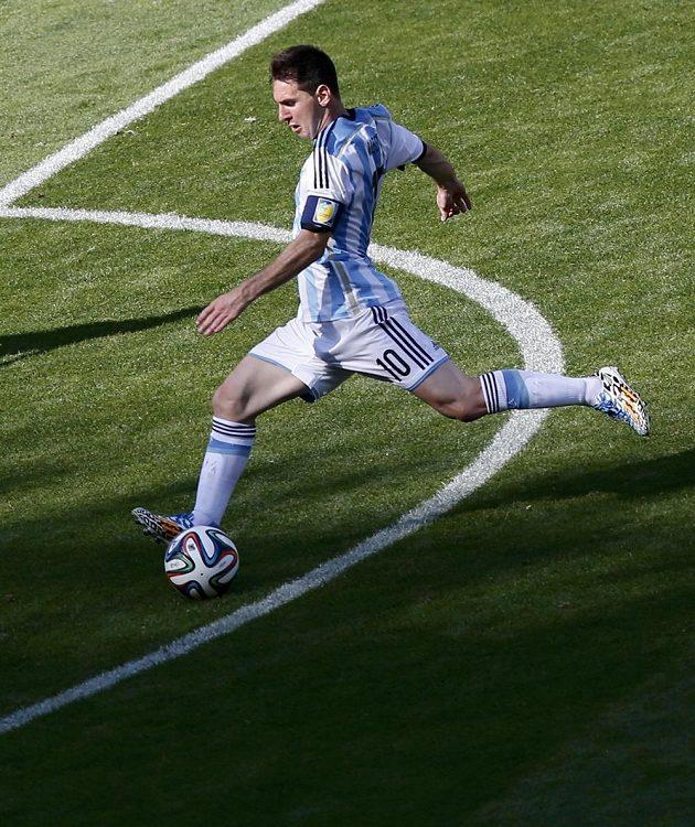 Argentinec Lionel Messi se dostává do dobré šance, jeho střela ale nakonec o kousek minula íránskou branku.