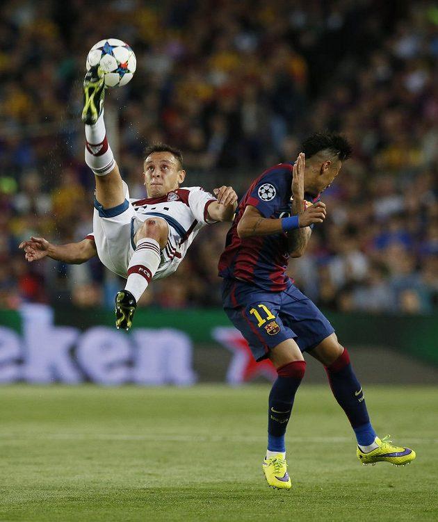 Souboj Rafinha (vlevo) - Neymar.