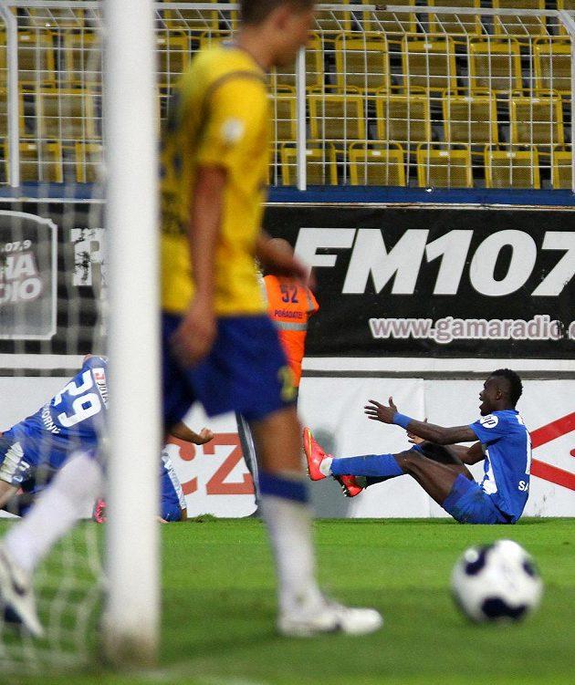 Liberecký záložník Isaac Sackey (vzadu vpravo) se raduje z gólu na hřišti Teplic.