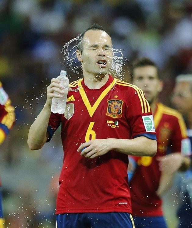 Španěl Andrés Iniesta se osvěžuje během prodloužení semifinálového duelu Poháru FIFA proti Itálii.