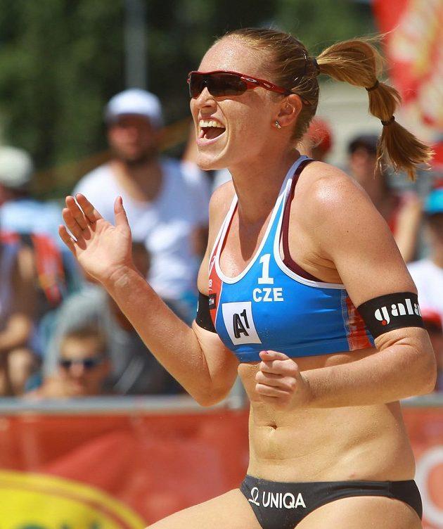 Kristýna Hoidarová Kolocová se raduje z bodu v utkání proti nizozemskému týmu v úvodním kole vyřazovací fáze mistrovství světa.