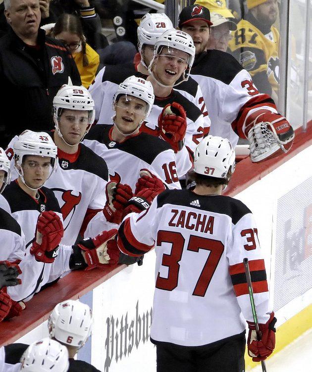Český útočník New Jersey Devils Pavel Zacha (37) u střídačky slaví se spoluhráči svůj gól v utkání NHL.