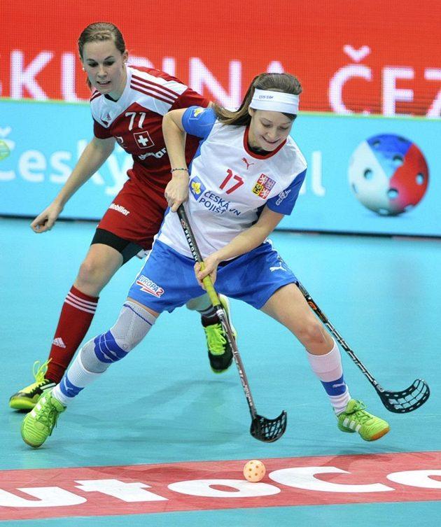 Zleva Rebecca Hermannová ze Švýcarska a Hana Sládečková během souboje o bronz na MS florbalistek.
