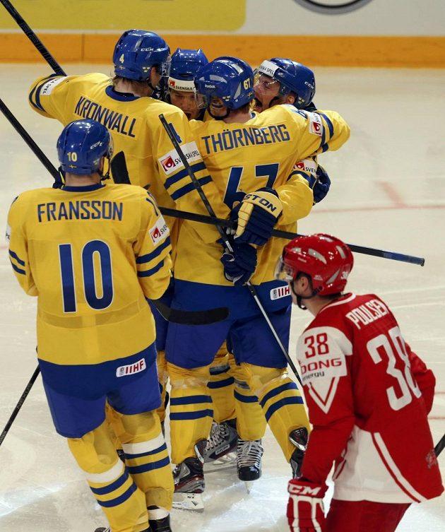 Radost švédských hokejistů po trefě v utkání s Dány.