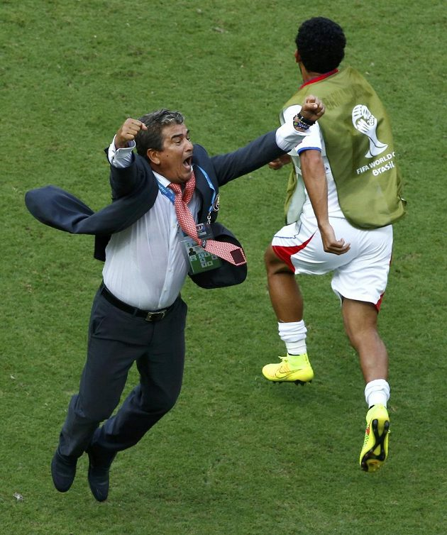 Kostarický trenér Jorge Luis Pinto (vlevo) slaví vítězství nad Itálií.