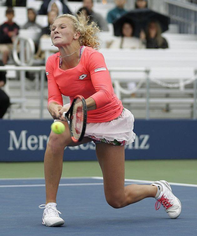 Kateřina Siniaková v trochu krkolomné pozici během zápasu 1. kola na US Open.
