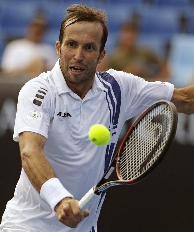 Radek Štěpánek při bekendovém úderu během 2. kola Australian Open.
