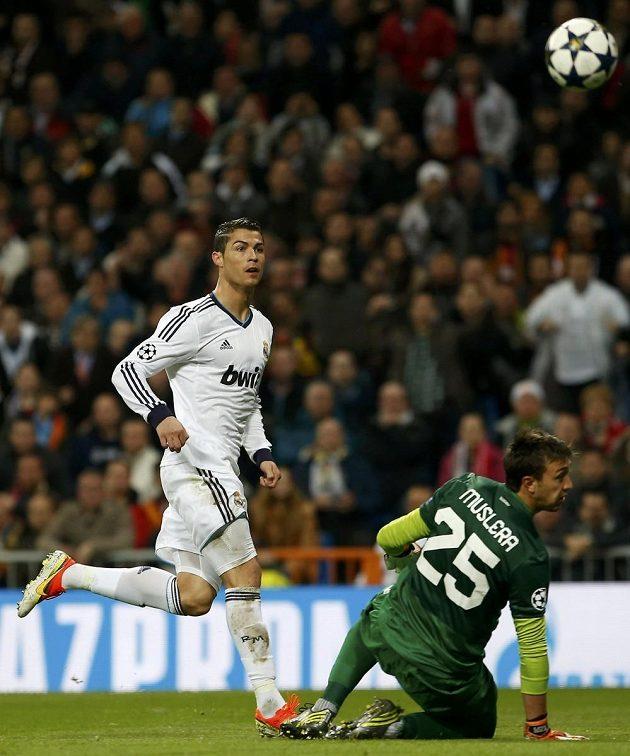 Portugalec Ronaldo překonává brankáře Musleru a dává úvodní gól Realu Madrid.