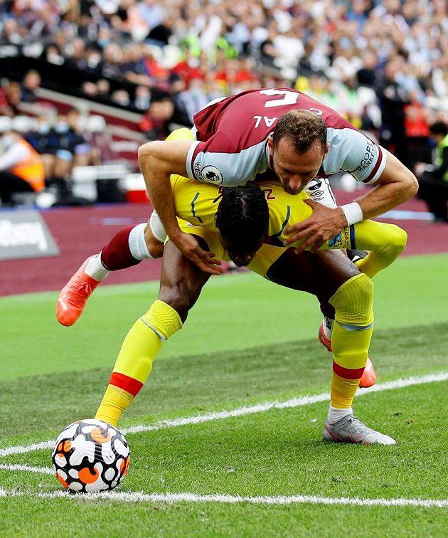 Vladimír Coufal v obranné práci v zápase proti Crystal Palace