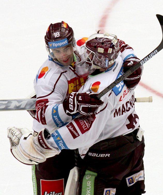 Vlevo Andrej Kudrna a brankář Matěj Machovský, oba ze Sparty.