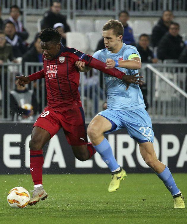 Záložník Slavie Tomáš Souček se snaží prosadit v souboji s fotbalistou Bordeaux Samuelem Kaluem v utkání Evropské ligy.