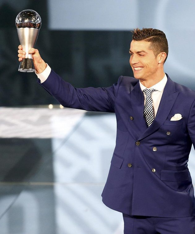 Cristiano Ronaldo poté, co byl v Curychu vyhlášen nejlepším fotbalistou roku 2016.