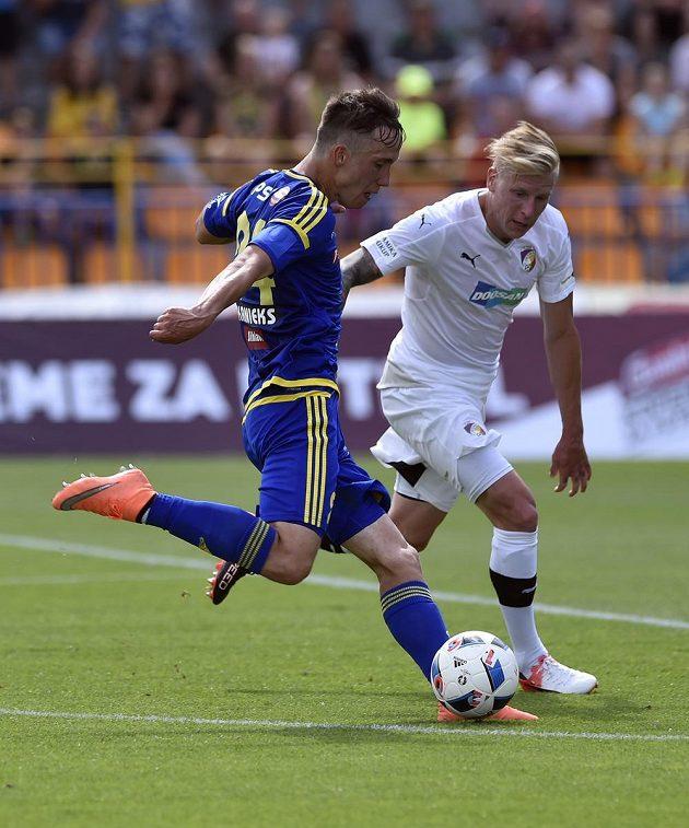 Davis Ikaunieks z Jihlavy umotal plzeňského beka Františka Rajtorala a vstřelil úvodní gól svého týmu.