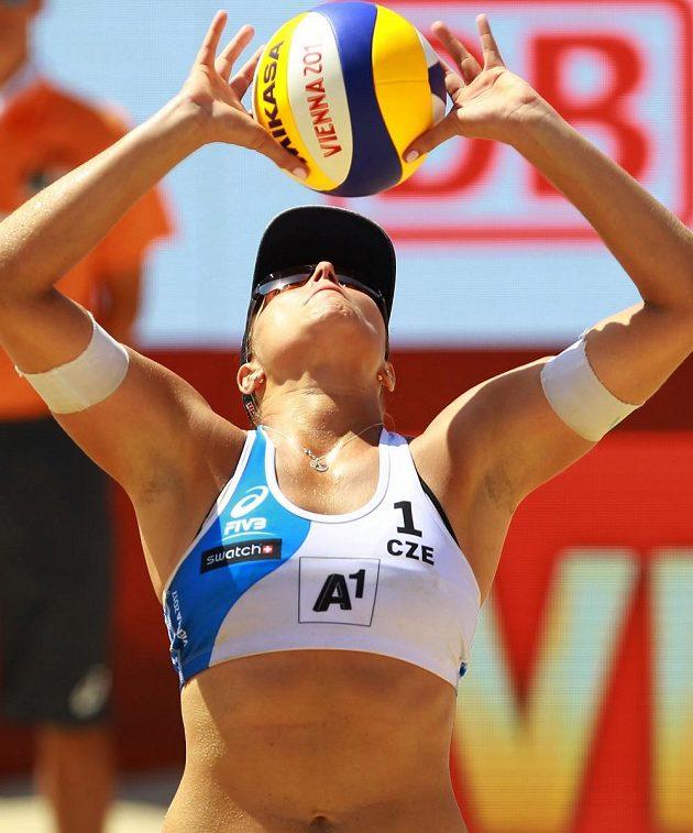 Barbora Hermannová přihrává během osmifinálového zápasu s USA.