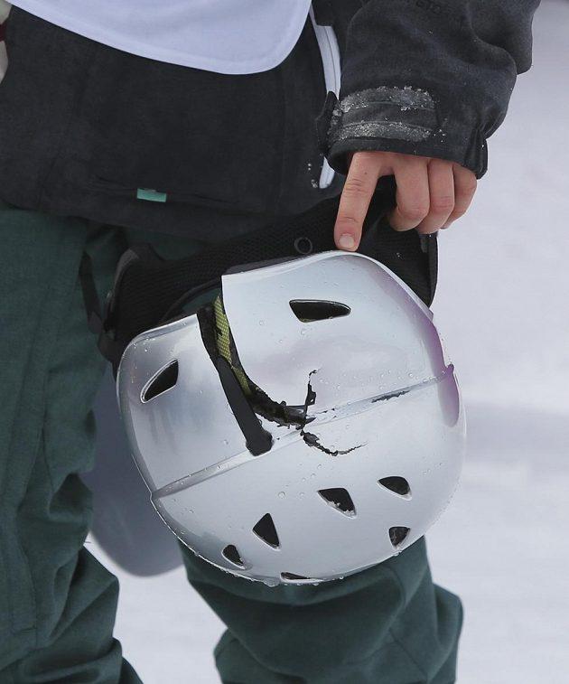 Takhle dopadla helma Šárky Pančochové po jejím pádu ve druhém kole slopestylu.