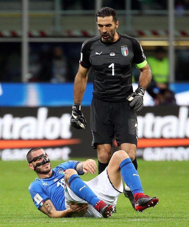 Brankář Gianluigi Buffon se spoluhráčem z reprezentace Leonardem Bonuccim.