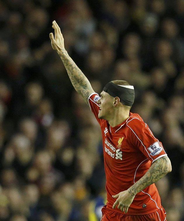 Obránce Liverpoolu Martin Škrtel zdraví fanoušky Liverpoolu po konci zápasu s Arsenalem.