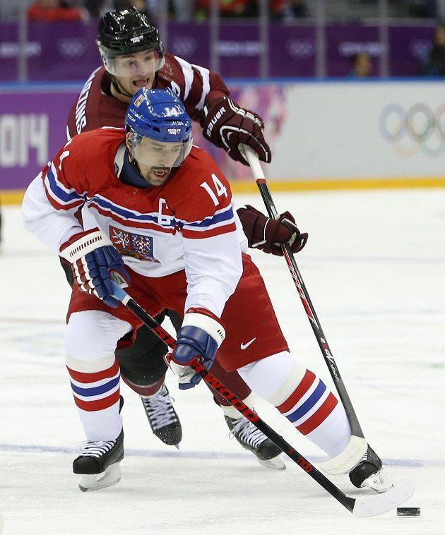 Tomáš Plekanec (vpředu) v souboji s Laurisem Darzinšem z Lotyšska.