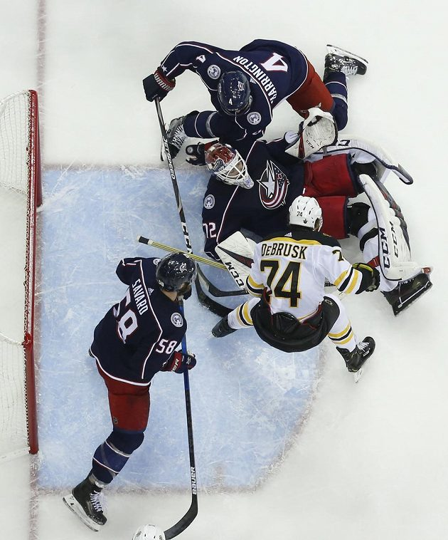 Brankář Columbusu Blue Jackets Sergej Bobrovskij se snažil zastavit puk po zakončení Jakea DeBruska z Bostonu v utkání play off NHL.