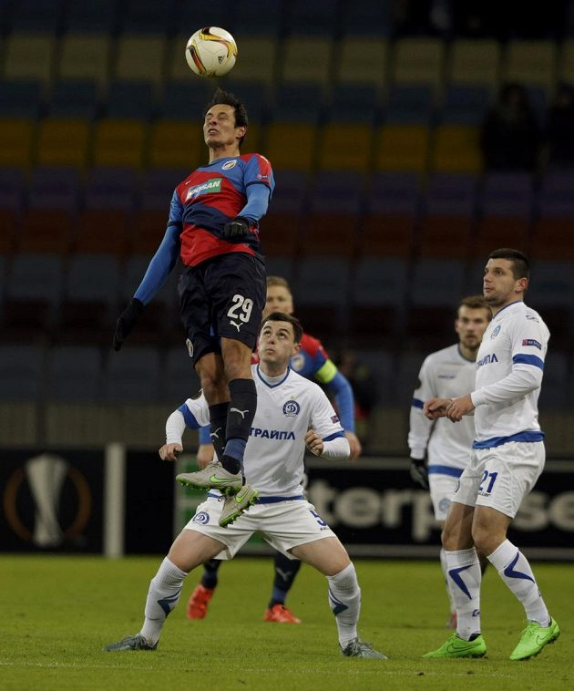 Plzeňský Tomáš Kučera ve výskoku, sledován hráči Dinama Minsk Kirillem Premudrovem an Fatosem Becirajem v utkání Evropské ligy.