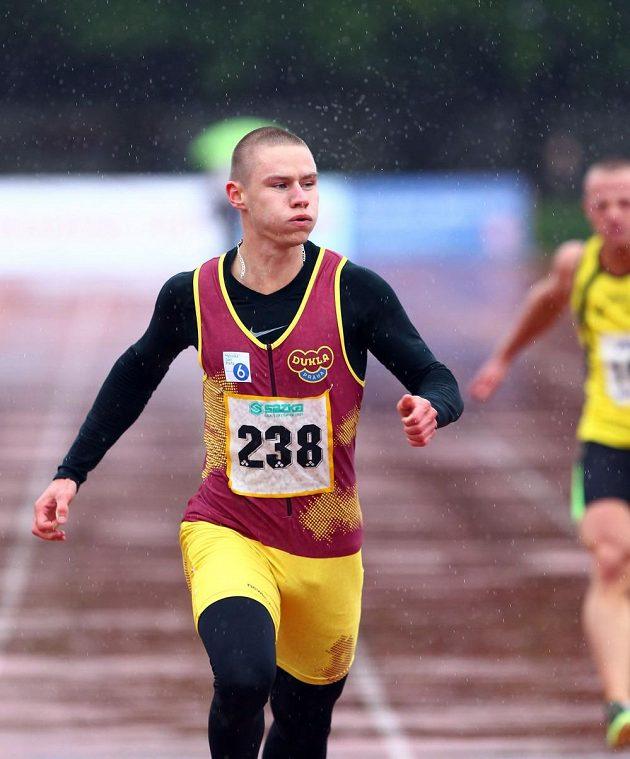 Pavel Maslák dobíhá do cíle v deštivém Kladně.