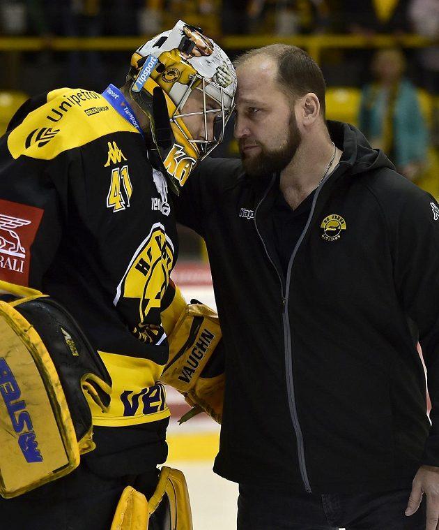 Brankář Litvínova Pavel Kantor a šéf realizačního týmu Litvínova Jiří Šlégr po úspěšném utkání baráže s Jihlavou.