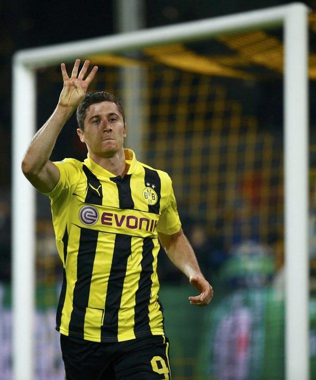 Čtyři góly, naznačuje prsty Robert Lewandowski z Dortmundu, kolika trefami pokořil v Lize mistrů slavný Real Madrid.