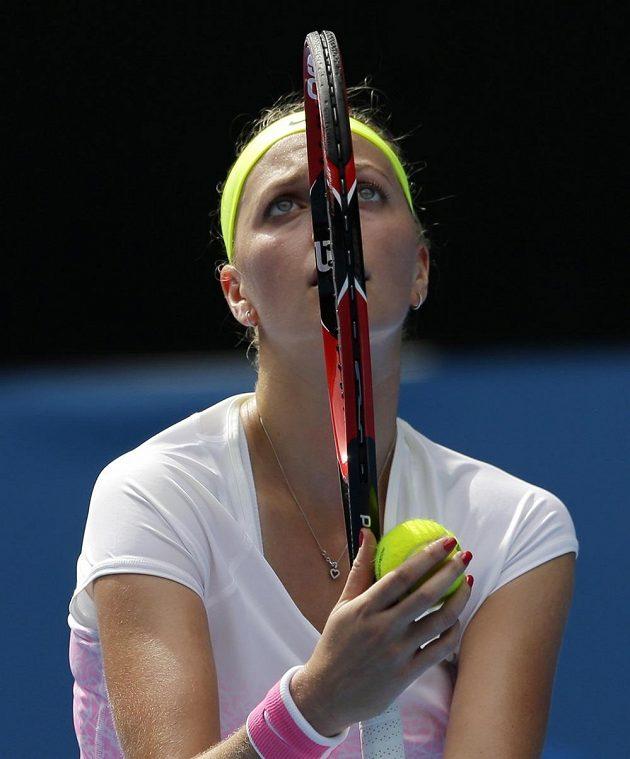 Petra Kvitová servíruje na Australian Open v zápase s Nizozemkou Richel Hogenkampovou.