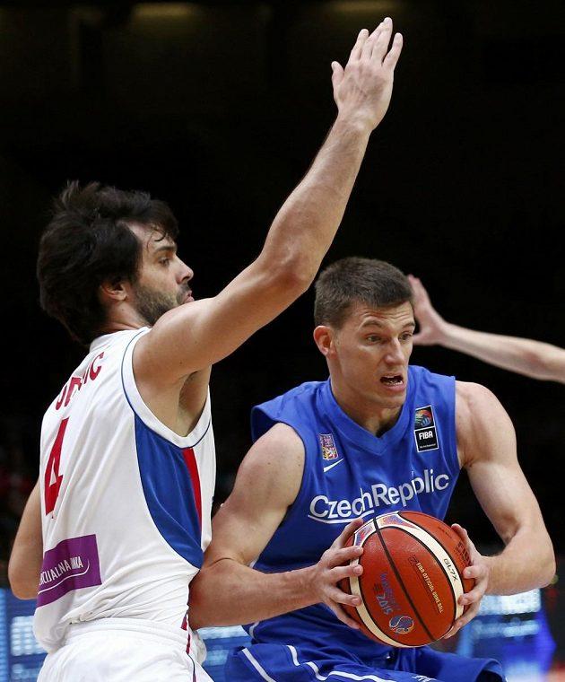 Český basketbalista Pavel Pumprla (vpravo) a Miloš Teodosič ze Srbska během čtvrtfinálového duelu ME.