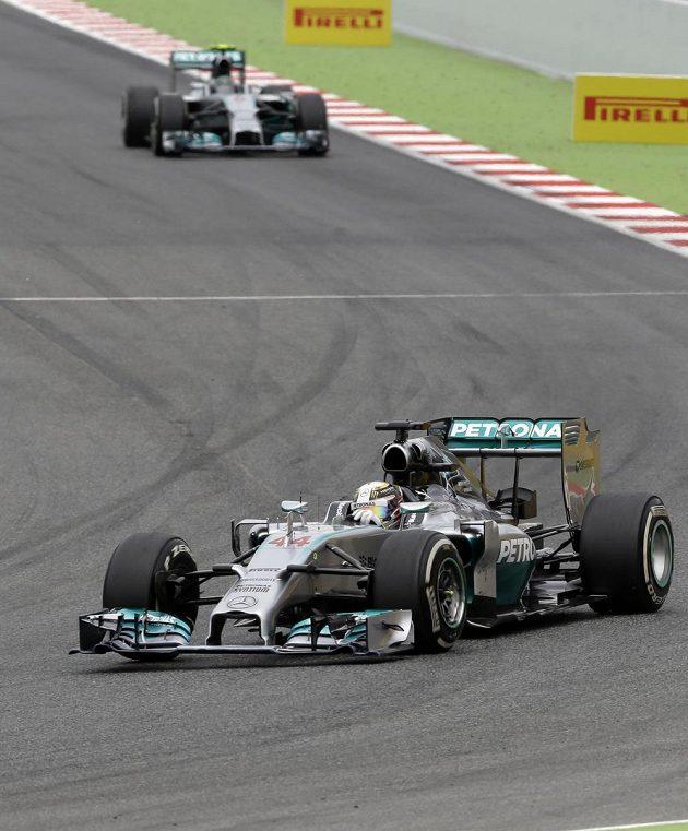 Britský pilot Lewis Hamilton v čele Velké ceny Španělska v Barceloně.