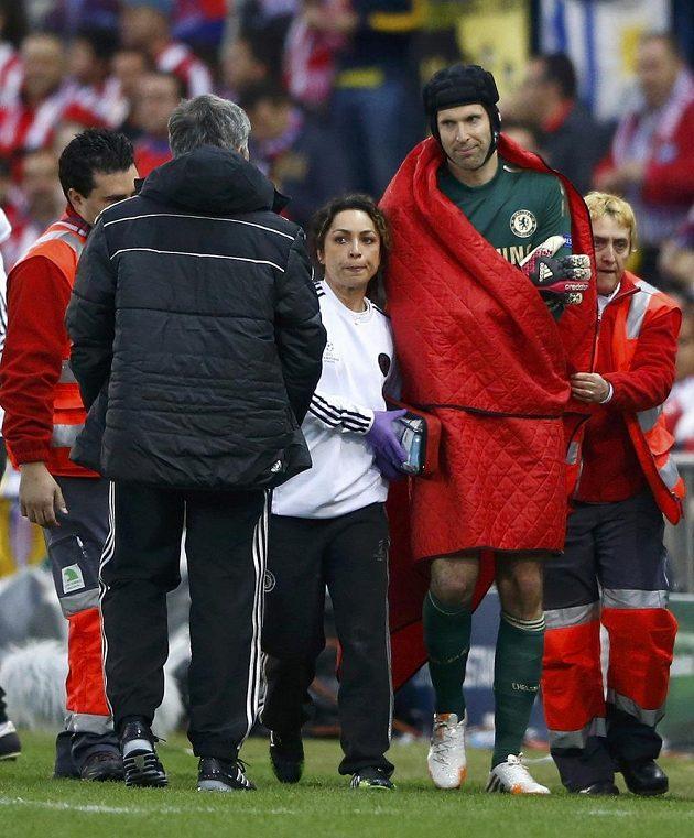 Zraněný gólman Chelsea Petr Čech střídá v úvodu semifinále Ligy mistrů proti Atlétiku Madrid.