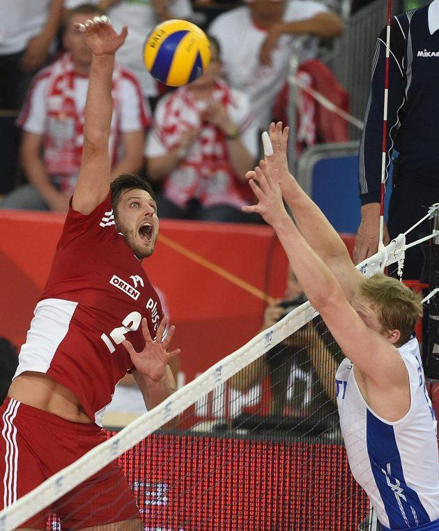 Sergej Grankin z Ruska (vpravo) se pokouší zablokovat Poláka Michala Winiarského.