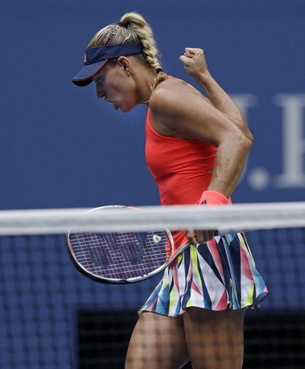 Němka Angelique Kerberová se raduje z dobrého míče ve finále US Open s Karolínou Plíškovou.