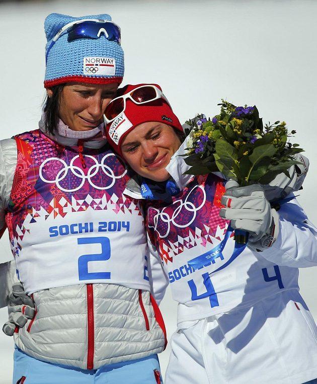 Norky Björgenová a Wengová pláčou nad osobní ztrátou své kolegyně při slavnostním ceremoniálu po olympijském skiatlonu.