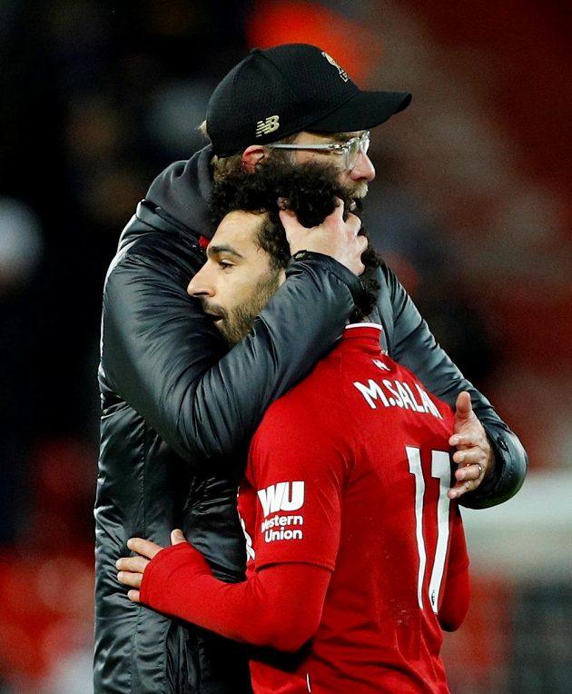 Německý manažer fotbalového Liverpoolu Jürgen Klopp utěšuje útočníka Salaha po domácí remíze s Leicesterem.