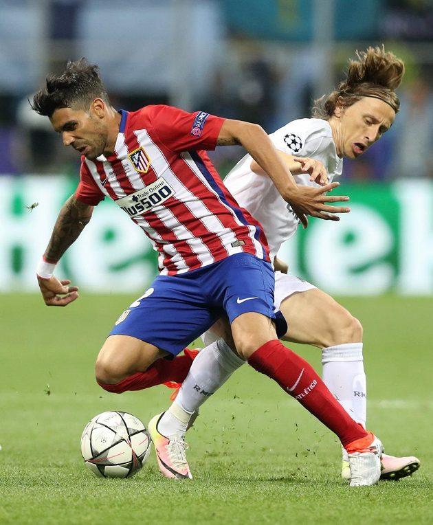 Fotbalista Realu Madrid Luka Modrič v souboji Augustem Fernandezem z Atlétika ve finále Ligy mistrů.