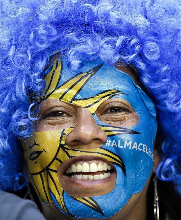 Fanynka Uruguaye s napětí vyčkává na začátek utkání s Kostarikou.