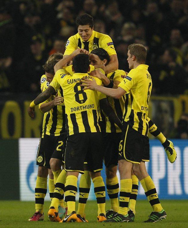 Fotbalisté Borussie Dortmund se radují z branky do sítě Šachtaru Doněck.