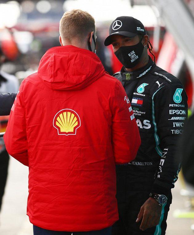 Mladý Mick Schumacher (zády) dojal Lewise Hamiltona...