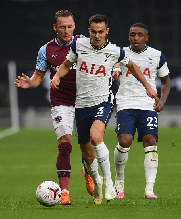 Vladimír Coufal z West Hamu stíhá Sergia Reguilona z Tottenhamu.