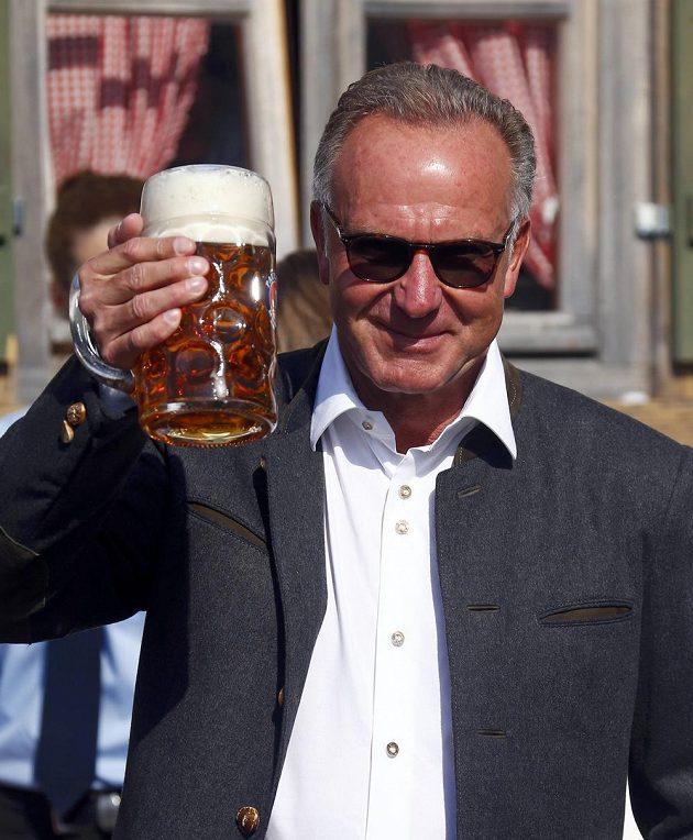 Točeným pivem nepohrdl na Oktoberfestu ani šéf Bayernu Mnichov Karl-Heinz Rummenigge.