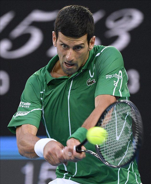Srb Novak Djokovič při utkání s Rogerem Federerem.