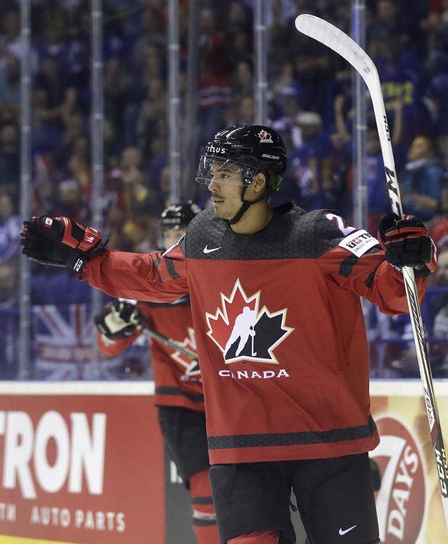 Kanaďan Mathieu Joseph se raduje z gólu proti Britům.