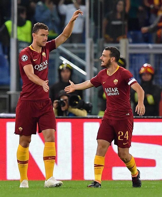 Edin Džeko (vlevo) a Alessandro Florenzi z AS Řím poté, co se jejich tým ujal vedení proti Plzni.
